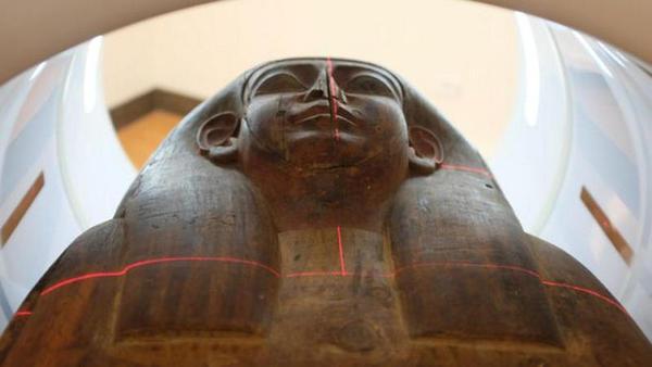 Encontramse restos de uma múmia em um sarcófago que levava 150 anos em um museu
