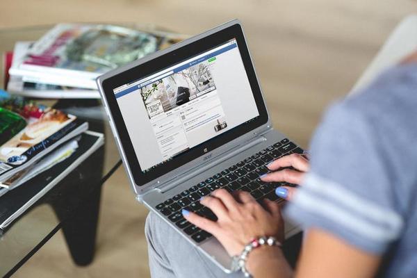 Facebook reconhece que lê as mensagens que envia por seu serviço de mensagens