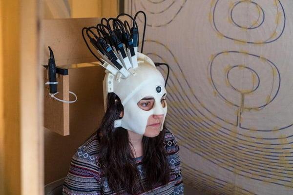 Para que serve esta máscara espartana que leva esta mulher na cabeça?