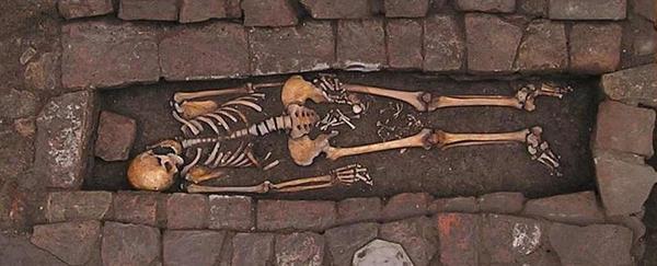 Resolver o mistério de uma mulher medieval que deu à luz dentro de um caixão