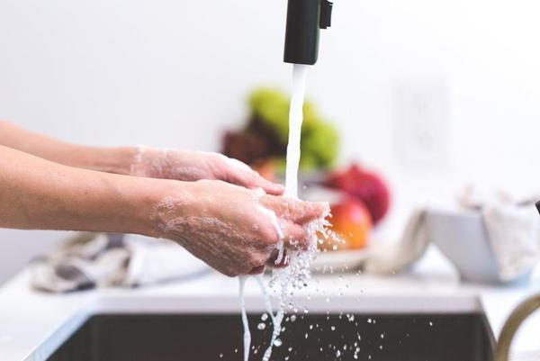 Sabias que lavar os pratos à mão com o seu companheiro poderia melhorar a sua vida sexual?